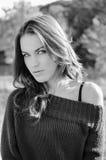 Schöne junge Frau auf Herbst draußen kopieren Stockfoto