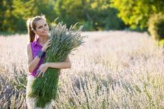 Schöne junge Frau auf lavander Feld - lavanda Mädchen Stockfotografie