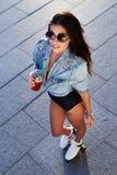 Schöne junge Frau auf Rollenrochen lizenzfreie stockfotos