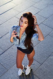 Schöne junge Frau auf Rollschuhen und einem rosa Sturzhelm stockfotografie