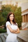 Schöne junge Frau auf Weg Stockfotografie