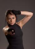 Schöne junge Frau bedeckt mit Verbänden für das Boxen Lizenzfreie Stockbilder