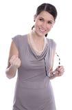 Schöne junge Frau in beige sundress mit Gläsern in ihrem ha Lizenzfreie Stockbilder