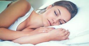 Schöne junge Frau bequem und, die himmlisch im Bett liegt lizenzfreie stockbilder