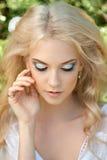 Schöne junge Frau Bilden Sie und das stiling Haar Lizenzfreie Stockbilder