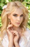 Schöne junge Frau Bilden Sie und das stiling Haar Stockfotos