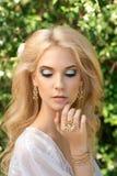 Schöne junge Frau Bilden Sie und das stiling Haar Lizenzfreies Stockfoto
