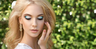 Schöne junge Frau Bilden Sie und das stiling Haar Stockbild