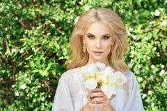 Schöne junge Frau Bilden Sie und das stiling Haar Lizenzfreies Stockbild