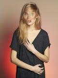 Schöne junge Frau Blondes Mädchen mit dem Haar auf dem Gesicht Stockfotos