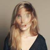 Schöne junge Frau Blondes Mädchen mit dem Haar auf dem Gesicht Lizenzfreies Stockbild