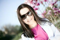 Schöne junge Frau in den Art und Weisesonnenbrillen Stockfoto