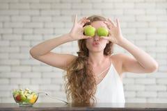 Schöne junge Frau in den frohen Lagen mit Salatschüssel stockfotos