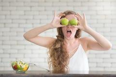 Schöne junge Frau in den frohen Lagen mit Salatschüssel lizenzfreie stockfotografie
