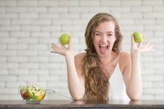 Schöne junge Frau in den frohen Lagen mit Salatschüssel stockbilder