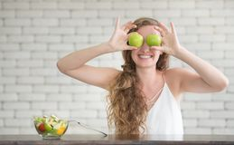 Schöne junge Frau in den frohen Lagen mit Salatschüssel stockfoto