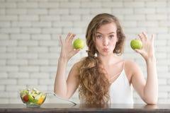 Schöne junge Frau in den frohen Lagen mit Salatschüssel lizenzfreie stockfotos