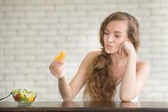 Schöne junge Frau in den frohen Lagen mit Salatschüssel lizenzfreie stockbilder