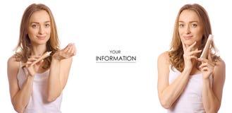 Schöne junge Frau in den Händen eines gesetzten Musters der Grundlagencreme-Schönheit lizenzfreies stockbild