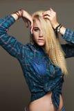 Schöne junge Frau in den Jeans und im Zubehör Hippien blondes sexy gir Lizenzfreie Stockfotografie