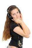 Schöne junge Frau in den Kopfhörern, lächelnd Lizenzfreies Stockfoto