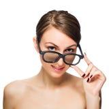Schöne junge Frau in den schwarzen Gläsern Lizenzfreie Stockfotos