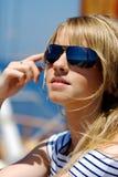 Schöne junge Frau in den Sonnenbrillen Stockbild