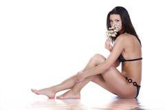 Schöne junge Frau in der Badebekleidung lizenzfreie stockfotografie