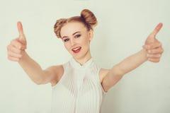 Schöne junge Frau in der beiläufigen Kleidung Lizenzfreie Stockbilder