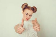 Schöne junge Frau in der beiläufigen Kleidung Stockfotografie