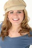 Schöne junge Frau in der blauen Strickjacke und in der Schutzkappe Stockbilder