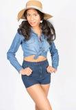 Schöne junge Frau in der Denim-Kleidung mit Hut Lizenzfreie Stockbilder