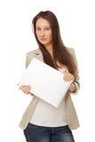 Schöne junge Frau in der Freizeitbekleidung nennend mit Laptop Stockfotografie