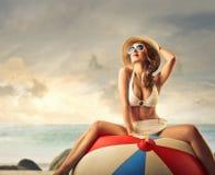 Schöne junge Frau an der Küste lizenzfreie stockfotos