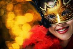 Schöne junge Frau in der Karnevalsschablone Stockfotos