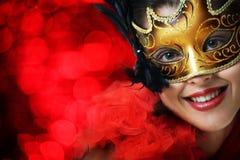 Schöne junge Frau in der Karnevalsschablone Lizenzfreies Stockfoto