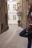 Schöne junge Frau in der kleinen Gasse in einer schönen Stadt Lizenzfreie Stockfotografie
