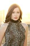 Schöne junge Frau in der Leoparddruckoberseite Stockfoto