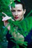 Schöne junge Frau in der Natur Stockfoto