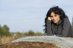Schöne junge Frau in der Natur Lizenzfreie Stockfotografie