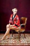 Schöne junge Frau in der Robe Lizenzfreie Stockfotos