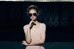 Schöne junge Frau in der Sonnenbrille auf der Straße Lizenzfreie Stockbilder