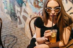 Schöne junge Frau in der Sonnenbrille mit Limonade stockbild