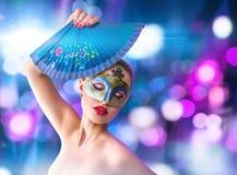Schöne junge Frau in der venetianischen Karnevalsmaske Lizenzfreie Stockfotos