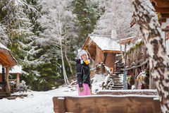 Schöne junge Frau in der Winterlandschaft Lizenzfreie Stockbilder