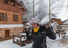 Schöne junge Frau in der Wintermärchenlandschaft Lizenzfreies Stockfoto