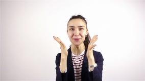 Schöne junge Frau des Brunette, laut sprechend, wow und lächeln an der Kamera stock footage