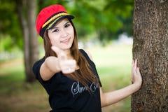 Schöne junge Frau des Porträts auf grünem Hintergrund Lizenzfreie Stockfotografie