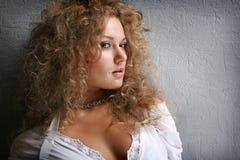 Schöne junge Frau des Portraits lizenzfreie stockfotografie