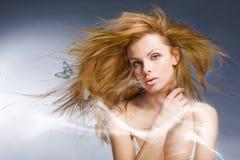 Schöne junge Frau des Portraits im Studio Lizenzfreies Stockbild